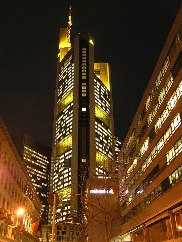 Die Hochhäuser bestimmen die Skyline der Bankenstadt Frankfurt auch bei Nacht