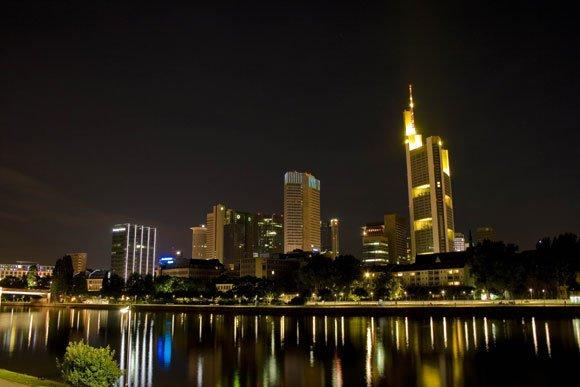 Frankfurter Skyline bei Nacht mit Main